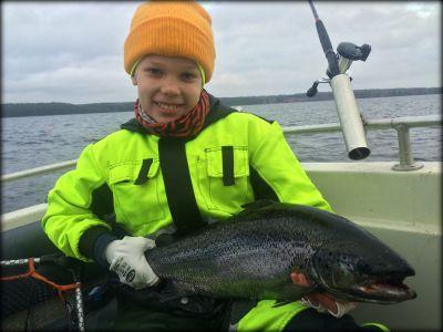 Aaro Rahkonen 10v. sekä järvilohi 4,5kg ja 69cm.